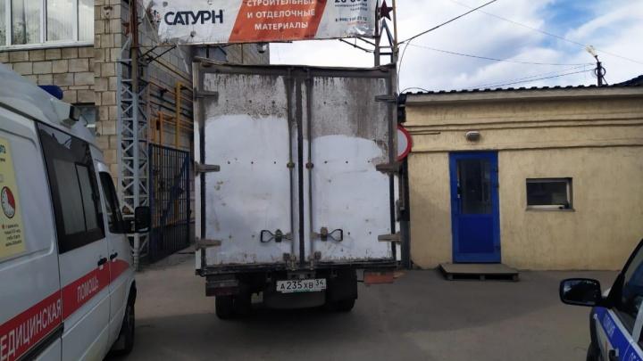В Волгограде неуправляемый грузовик раздавил водителя