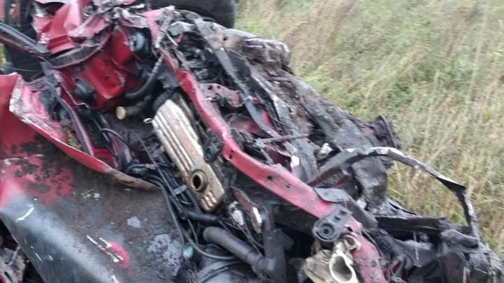 Легковушка слетела с трассы в Кузбассе и перевернулась. Три человека погибли и один получил травмы