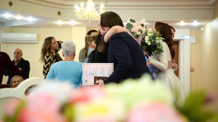 В Свердловской области разрешили свадьбы с пятью гостями