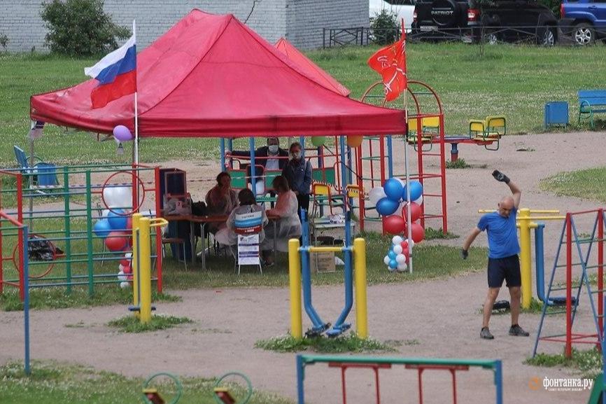 уличный избирательный участок на детской площадке