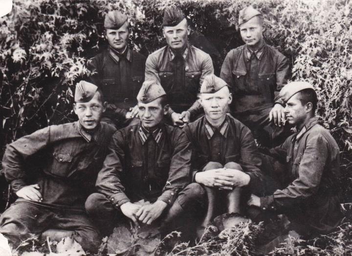 Виктор Харламов (второй слева в первом ряду) с боевыми товарищами