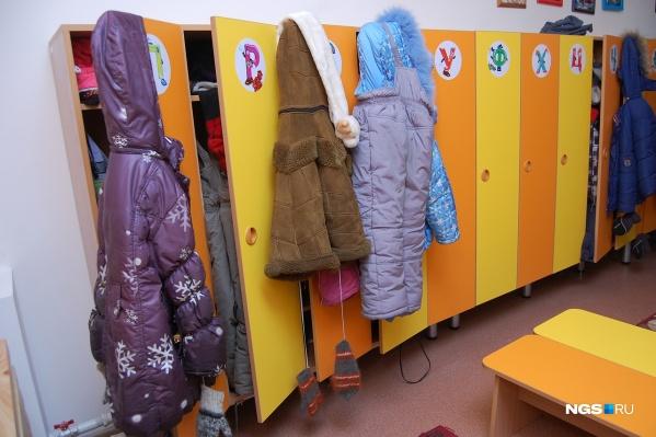 Осмотр теперь проходят все дети без исключения — им измеряют температуру, а также осматривают зев