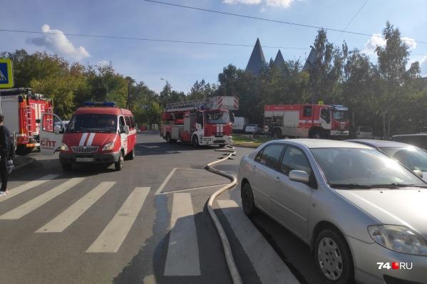 На месте пожара работали сразу несколько машин МЧС