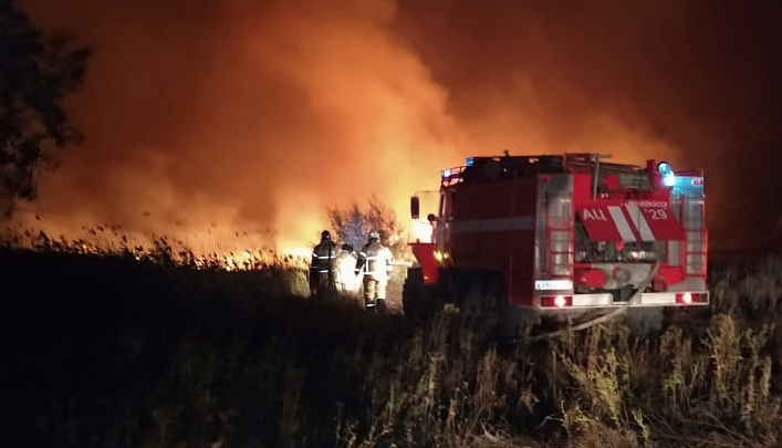 В Аксайском районе потушили ландшафтный пожар спустя 18 часов