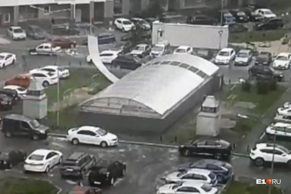 На этом снимке виден момент, как злополучный лист отрывается от крыши подземного паркинга
