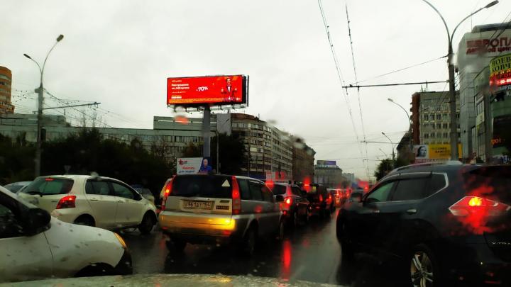 Новосибирск заливает дождём — город встал в многокилометровых пробках
