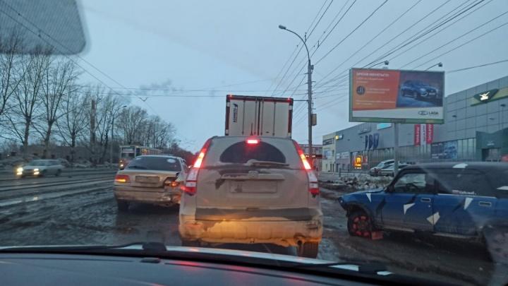 Автомобили встали в пробку на площади Кирова: всё из-за аварии