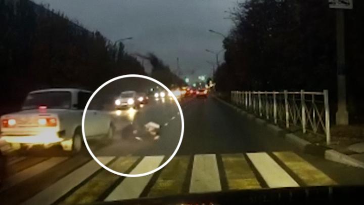 Снес на полной скорости: появилось видео наезда на мать с двумя детьми под Волгоградом