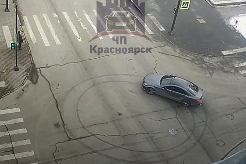 Автомобиль сделал два круга на перекрестке