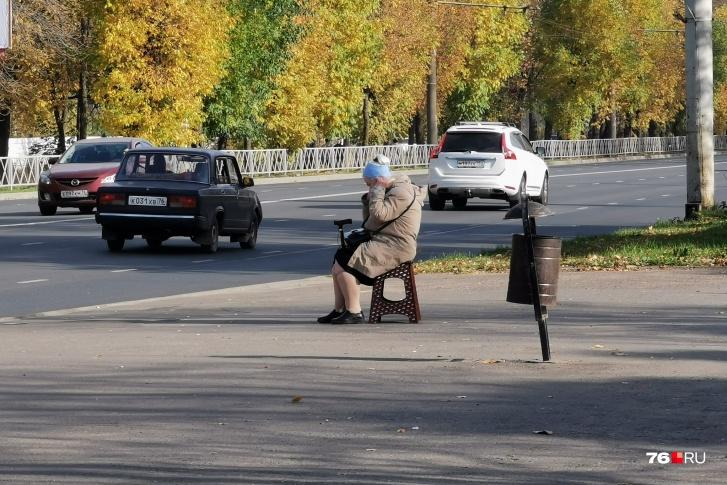 Бабушку сфотографировали на остановке«Улица Солнечная»