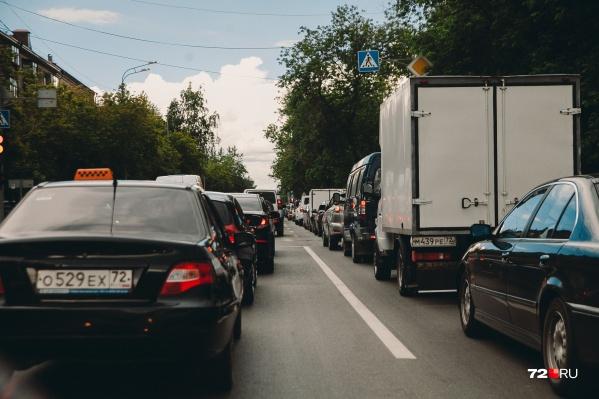 Ждать такси и платить по двойному тарифу или сделать выбор в пользу общественного транспорта, например, — что выберете вы? Пишите в комментариях