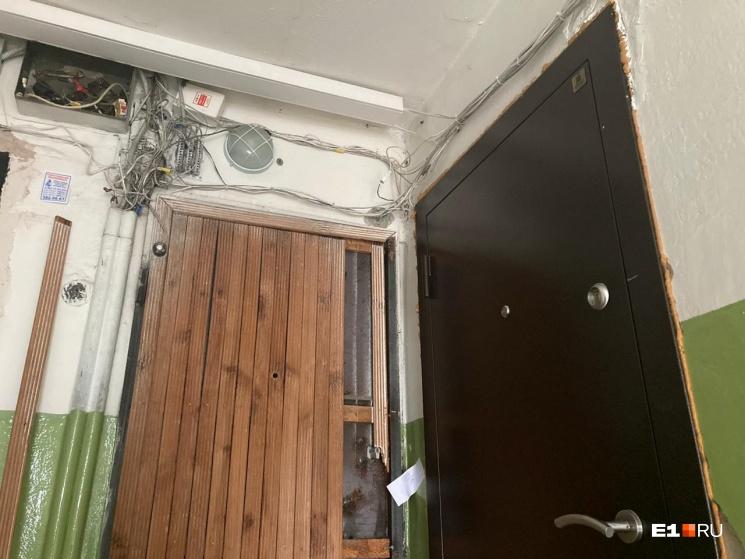 Следователи опечатали дверь в квартиру после трагедии
