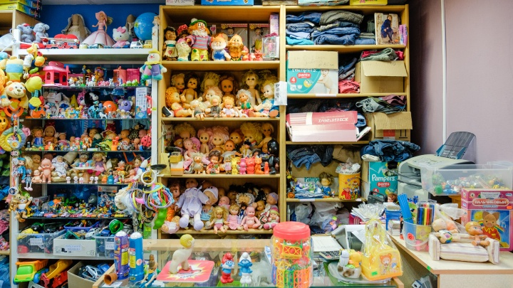 «Эта кукла была в моем детстве, она едет домой». Рассказываем о пермской комиссионке, где продают игрушки из прошлого