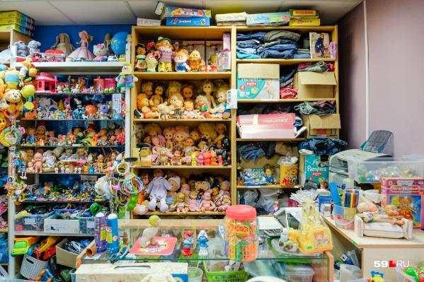 Присмотритесь к этим полкам. Может быть, на них скрываются игрушки из вашего детства?