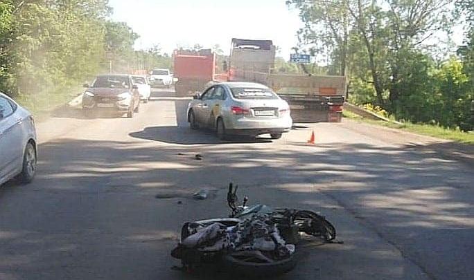 Под Уфой в аварию попали грузовик и мотоцикл, один человек погиб