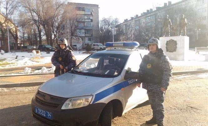 В Волгоградской области бойцы Росгвардии вывели из горящего дома 11 человек