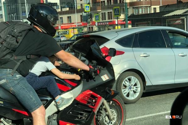 Детей на мотоцикле катать нельзя
