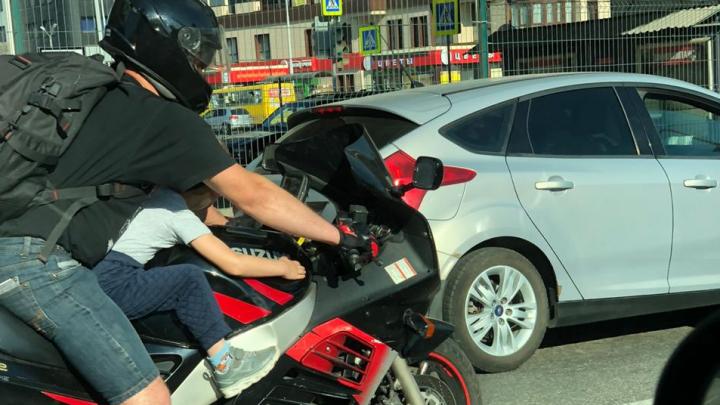 В Екатеринбурге засняли байкера, который вез малыша на бензобаке