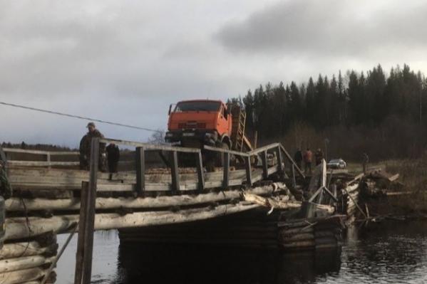 Застрявший в обломках моста КАМАЗ доставали при помощи спецтехники