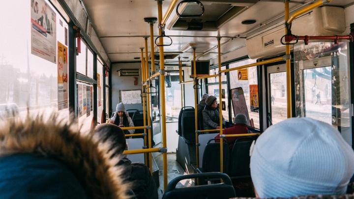 В Омске полиция вывела из автобуса пассажира, который отказывался надевать маску