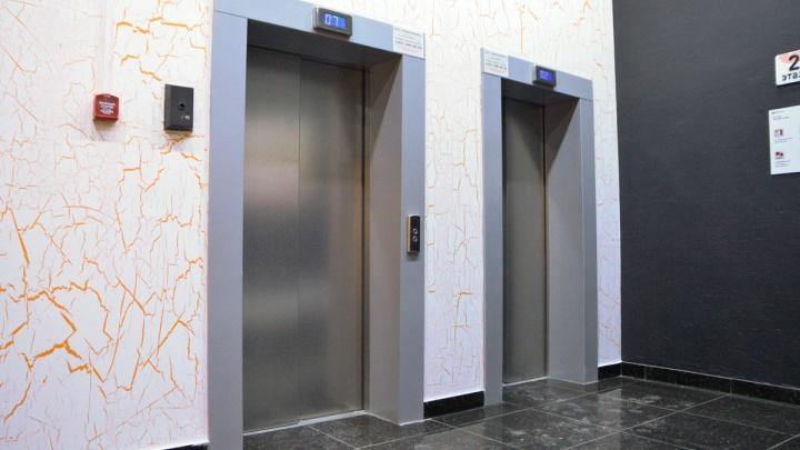 В Академическом из лифтов по просьбе жителей убрали рекламу мужского спа-салона