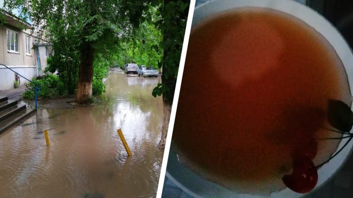 «Ни депутаты, ни чиновники не помогают»: на юге Волгограда горожане живут посреди озера и боятся обрушения домов