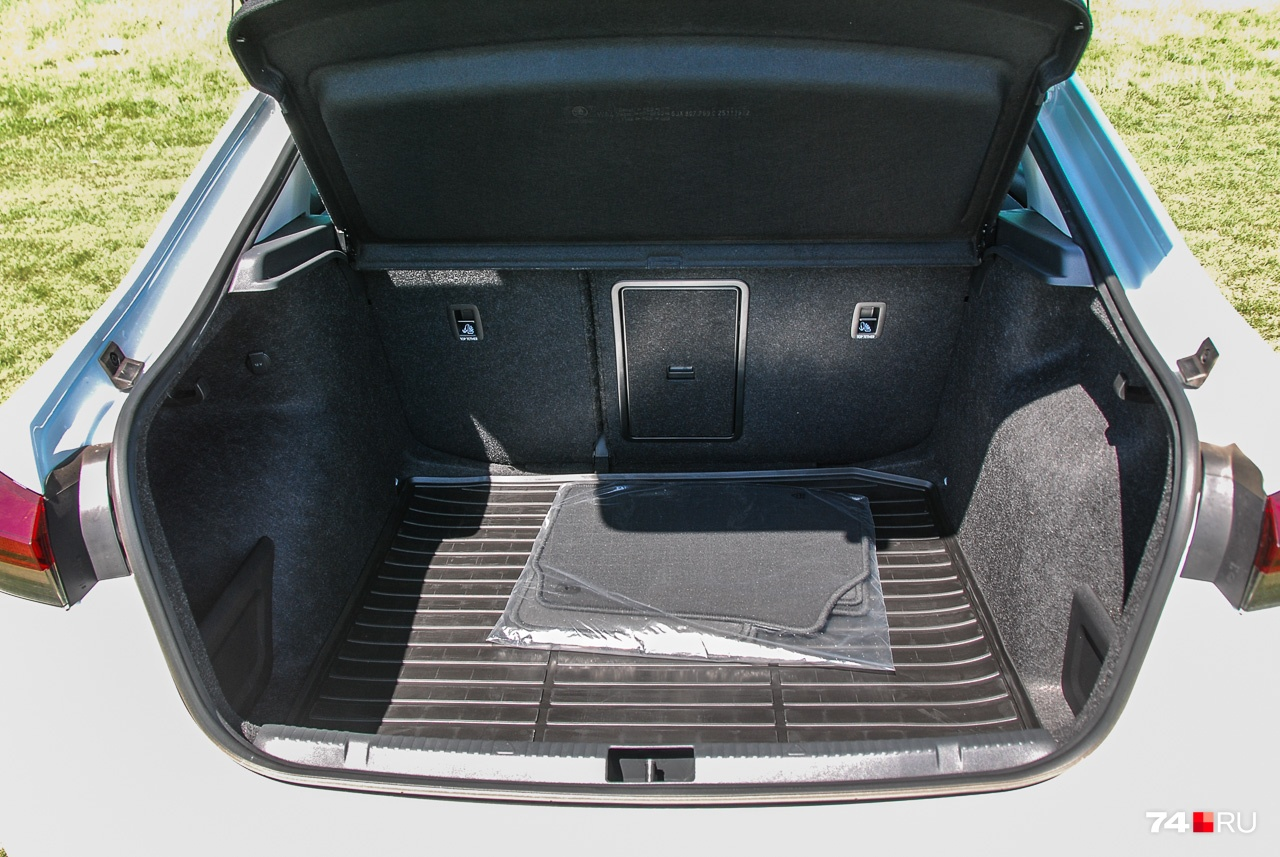 Багажник близок к идеалу: огромный и с широким проёмом
