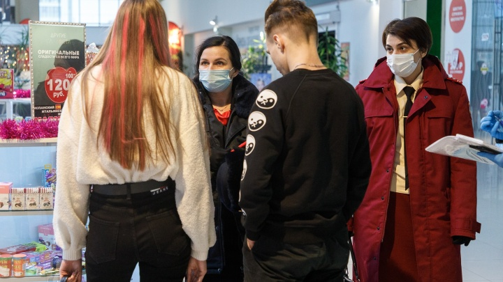 «Социальная дистанция соблюдается идеально. Людей-то нет»: торговые центры Волгограда накрыло волной коронавирусных проверок