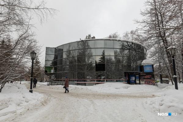 В Первомайском сквере решили снести двухэтажное кафе — в последнее время его занимало кафе «Сказка»