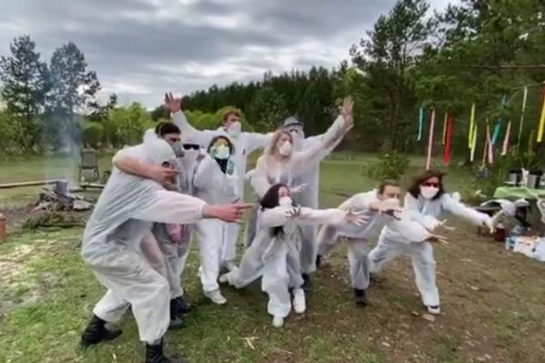 Парни и девушки сделали постановочные кадры в масках и костюмах