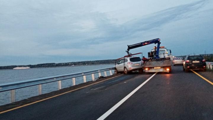 Пьяный водитель устроил ДТП на дамбе Горьковского моря и едва не вылетел с дороги в воду