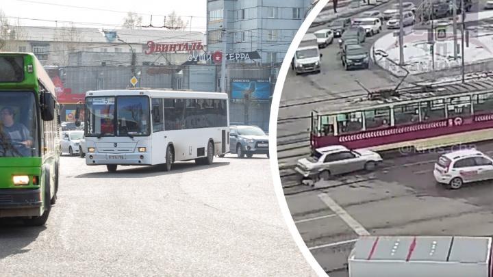 Поворачивающий на Матросова водитель попал под трамвай и спровоцировал пробку