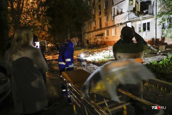 Первые часы у дома на 50 лет ВЛКСМ прошли так: разрушенная квартира, обесточенный дом, спасатели и медики, которые просто делали свою работу