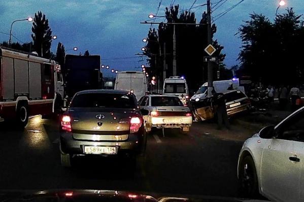 На месте аварии приехали несколько машин скорой помощи