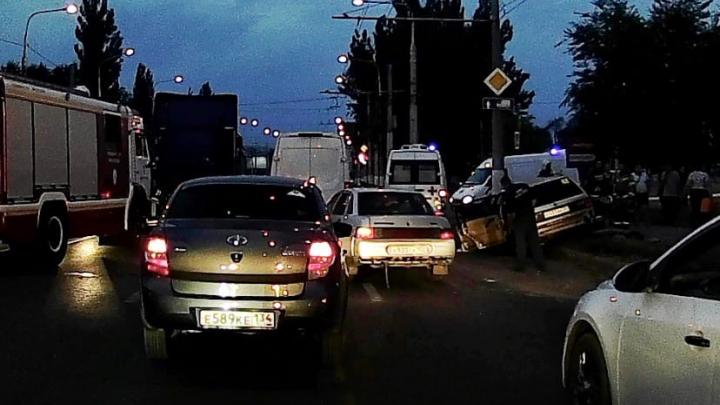 На севере Волгограда водитель фуры из Белоруссии вытолкнул с дороги легковушку: пострадали четыре человека