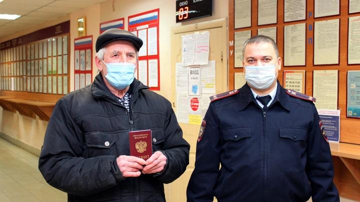 «Иностранец в родной стране». Полицейские помогли получить российский паспорт 70-летнему борчанину