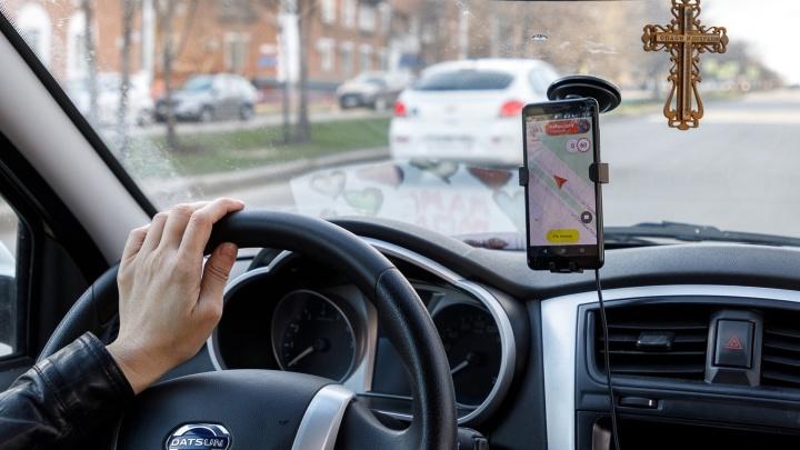 «Иногда кидаются с кулаками»: таксистка — о том, как волгоградцы реагируют на просьбу надеть в машине маску