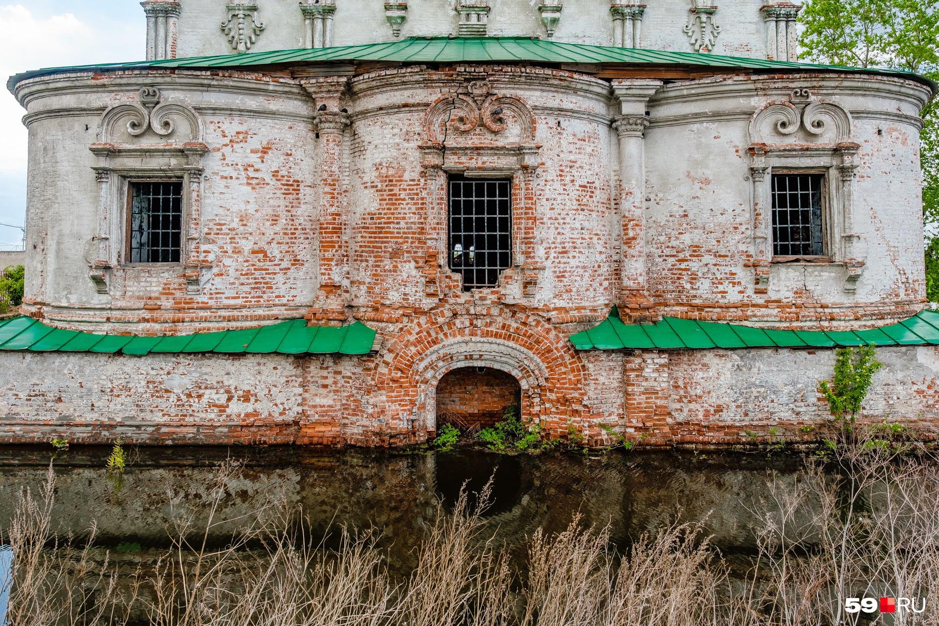 В 17-м веке храмы строили парами: летний и зимний (отапливаемый). Крестовоздвиженский собор (на фото) был зимним храмом. В морозы именно сюда переносили икону Николая Чудотворца, которую Соликамску подарил Иван Грозный