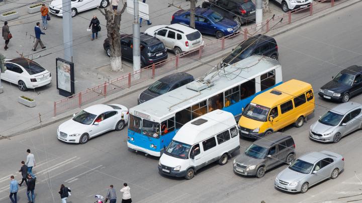Чиновников Волгограда заставляют убрать с дорог грузовики, вернуть троллейбусы и залатать ямы