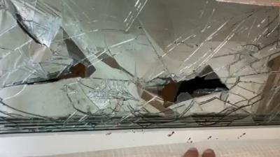 Жильцы дома на Компросе сообщили, что рабочие, красящие его фасад, устроили пьяный дебош и разбили 22 окна