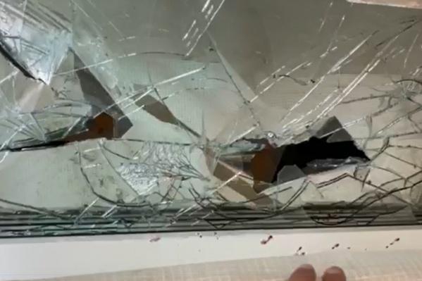 После пьяной вечеринки рабочие разбили 22 окна. Били сильно. Разбиты почти все окна на втором этаже дома