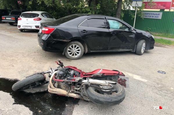 От многочисленных повреждений водитель мотоцикла скончался на месте до приезда врачей