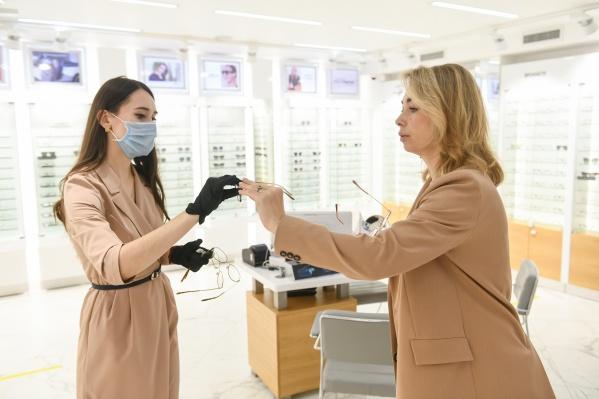 Ольга отправилась в салон «Фокус», чтобы выбрать модный аксессуар из брендовых коллекций медицинской оптики