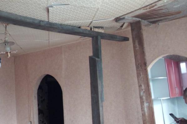 Жильцам квартиры приходилось устанавливать подпорки, чтобы потолок не обрушился