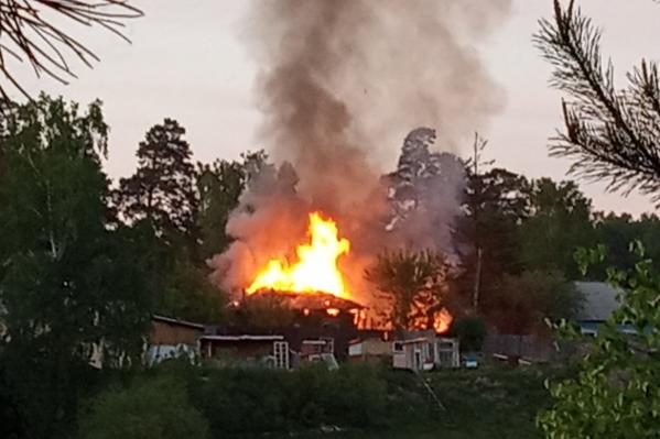 Пожарные сообщили, что ликвидировали угрозу возгорания третьего дома