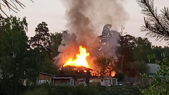 «Частично обрушилась кровля»: в Каинской заимке загорелся частный дом