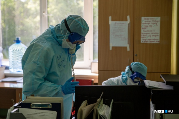 Под наблюдением врачей сегодня находятся 466 человек, в интенсивной терапии — 62 пациента, из них 19 — на аппаратах ИВЛ