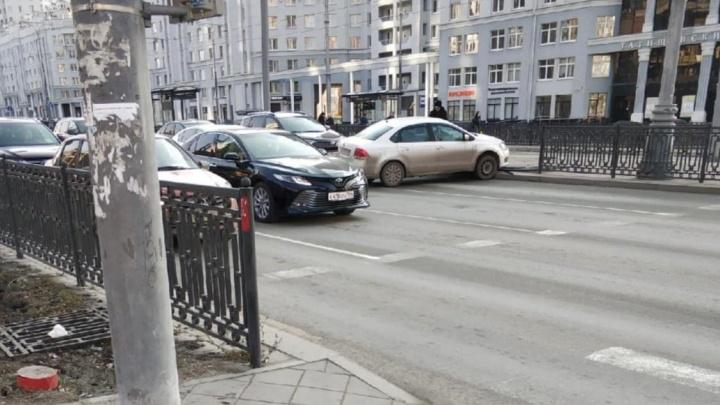 Водитель повернул в забор: уличная камера засняла странное ДТП на Татищева