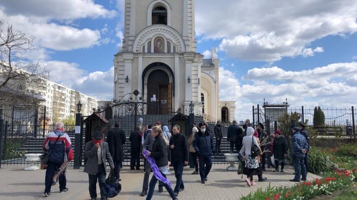 Верующие спасались масками: фоторепортаж 161.RU из ростовских храмов в Вербное воскресенье