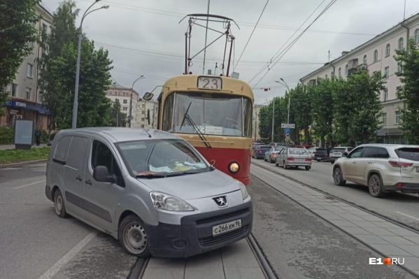 На месте ДТП образовалась пробка из трамваев
